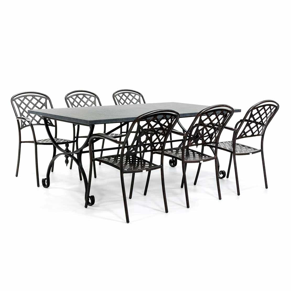 Stenen tuintafel met klassieke stoelen