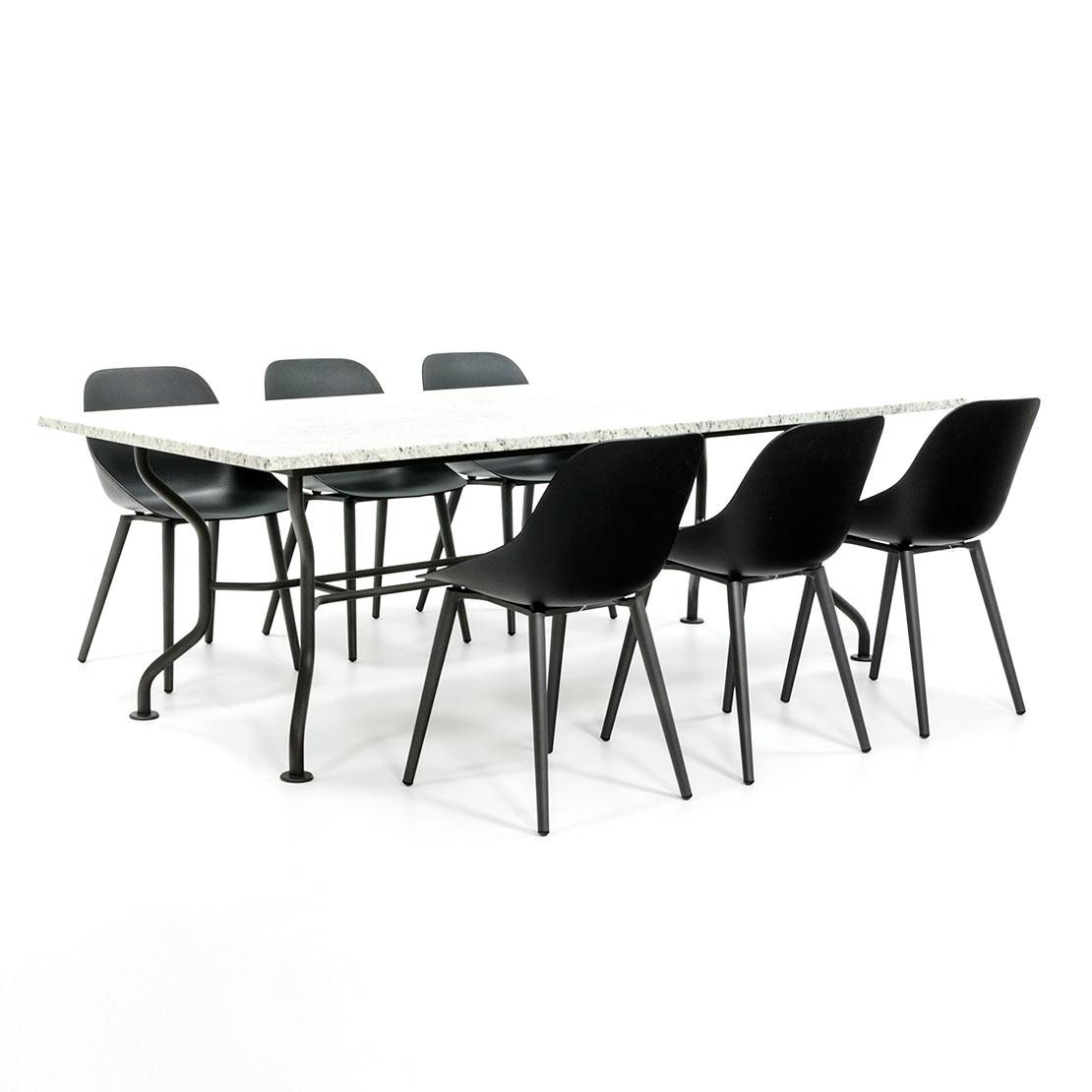 Stevige tuintafel met design stoelen