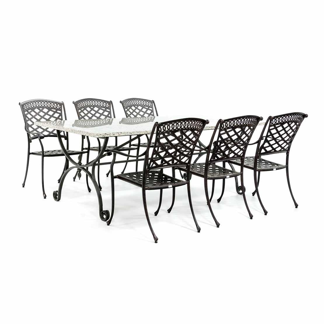 Granieten tuintafel met smeedijzeren onderstel en stoelen