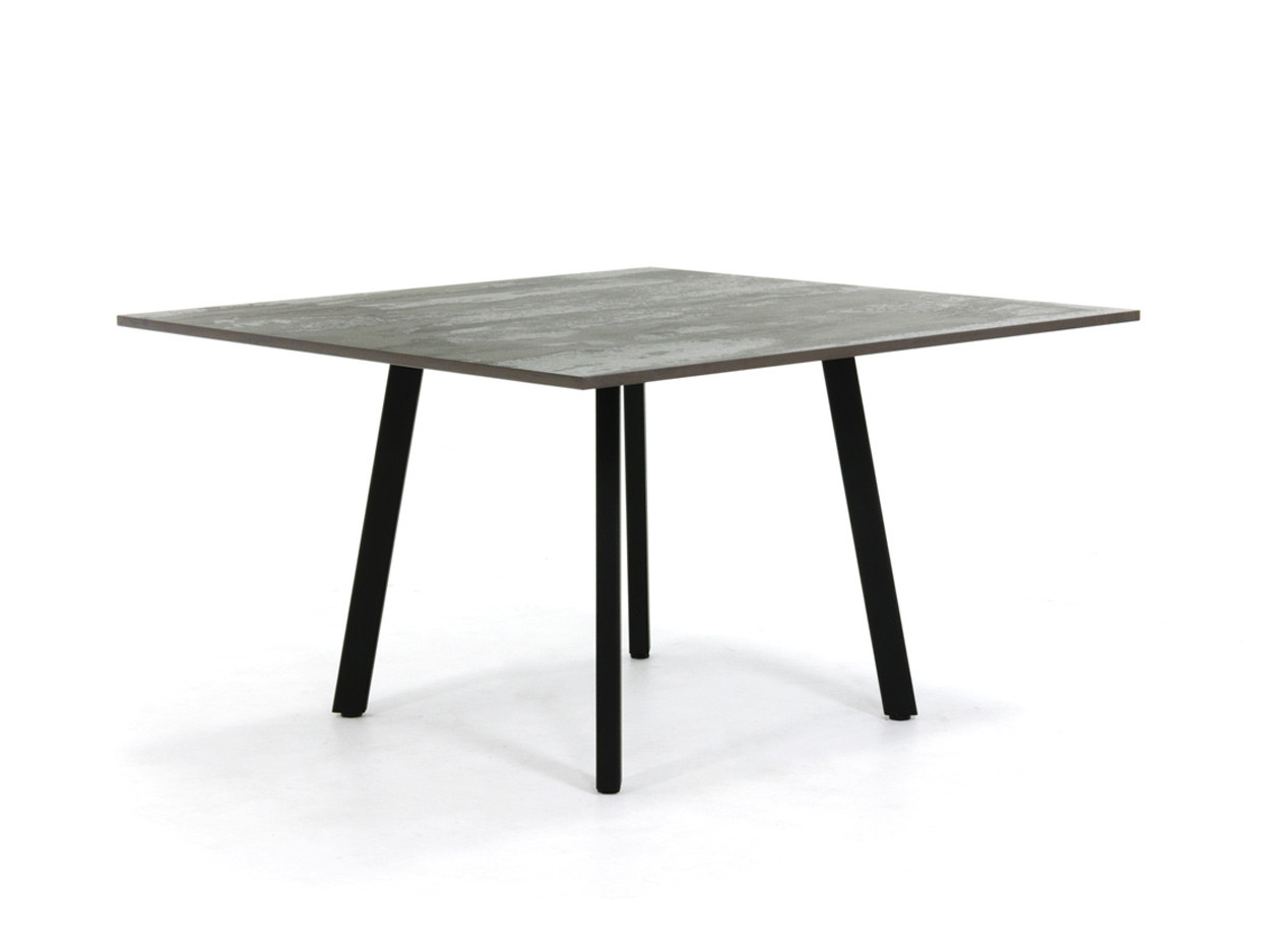Vierkante eettafel met Dekton tafelblad en stalen onderstel