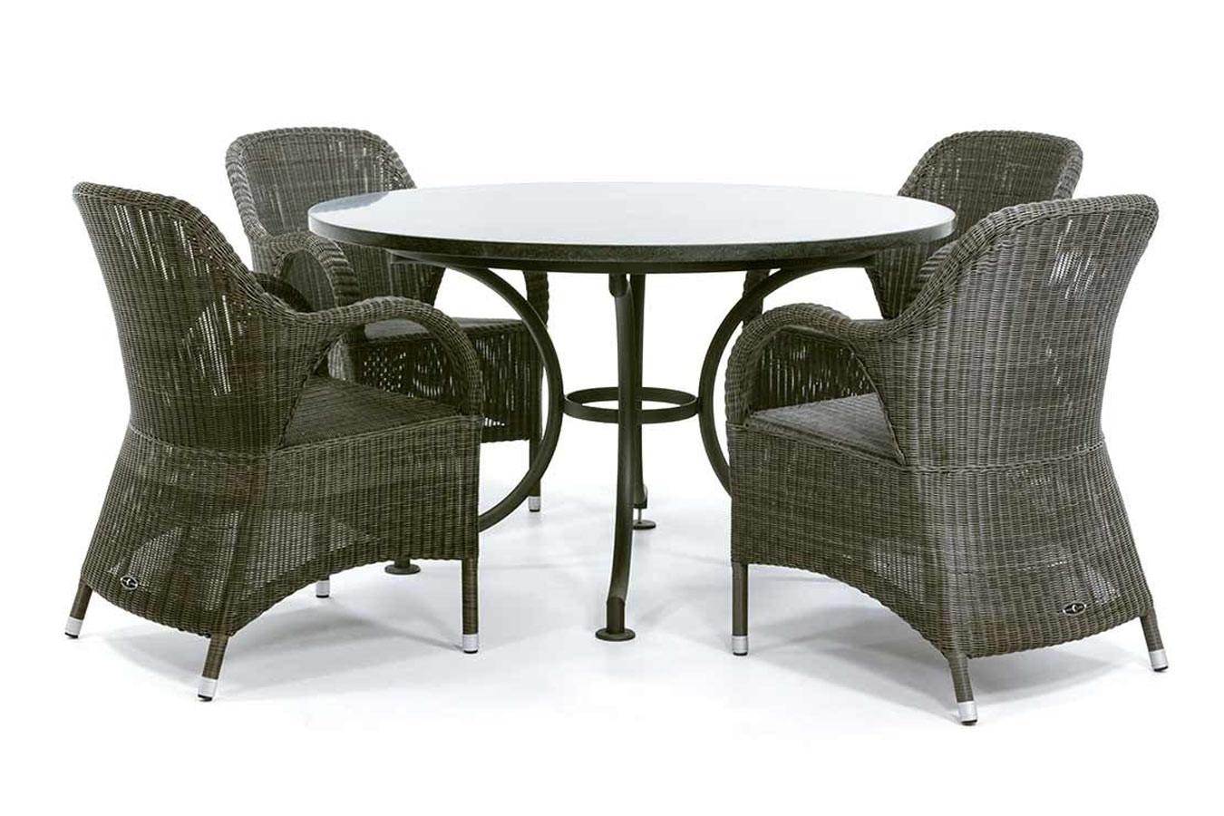 Granieten tafel met vlechtwerk stoelen