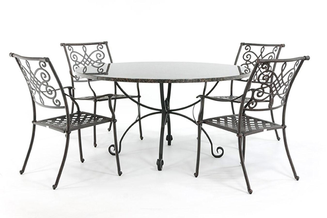 Stenen tuintafel met rond granieten blad en smeedijzeren stoelen