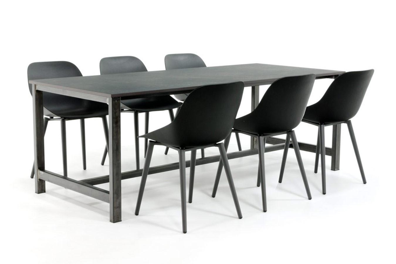 Industriële stalen eettafel met Dekton tafelblad en moderne stoelen